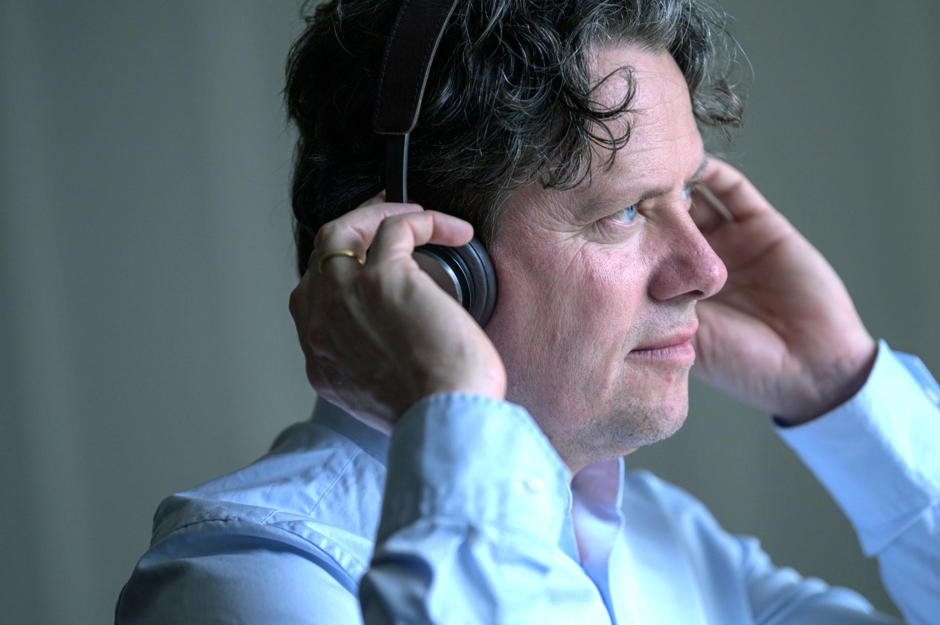 BAKGRUNNSMUSIKK: Selv hører nevrologen og musikkprofessoren mest på klassisk og jazz. Gjerne Mozart, Chopin. – Noe jeg kjenner godt, sånn at jeg ikke blir sittende og lytte for mye på musikken.