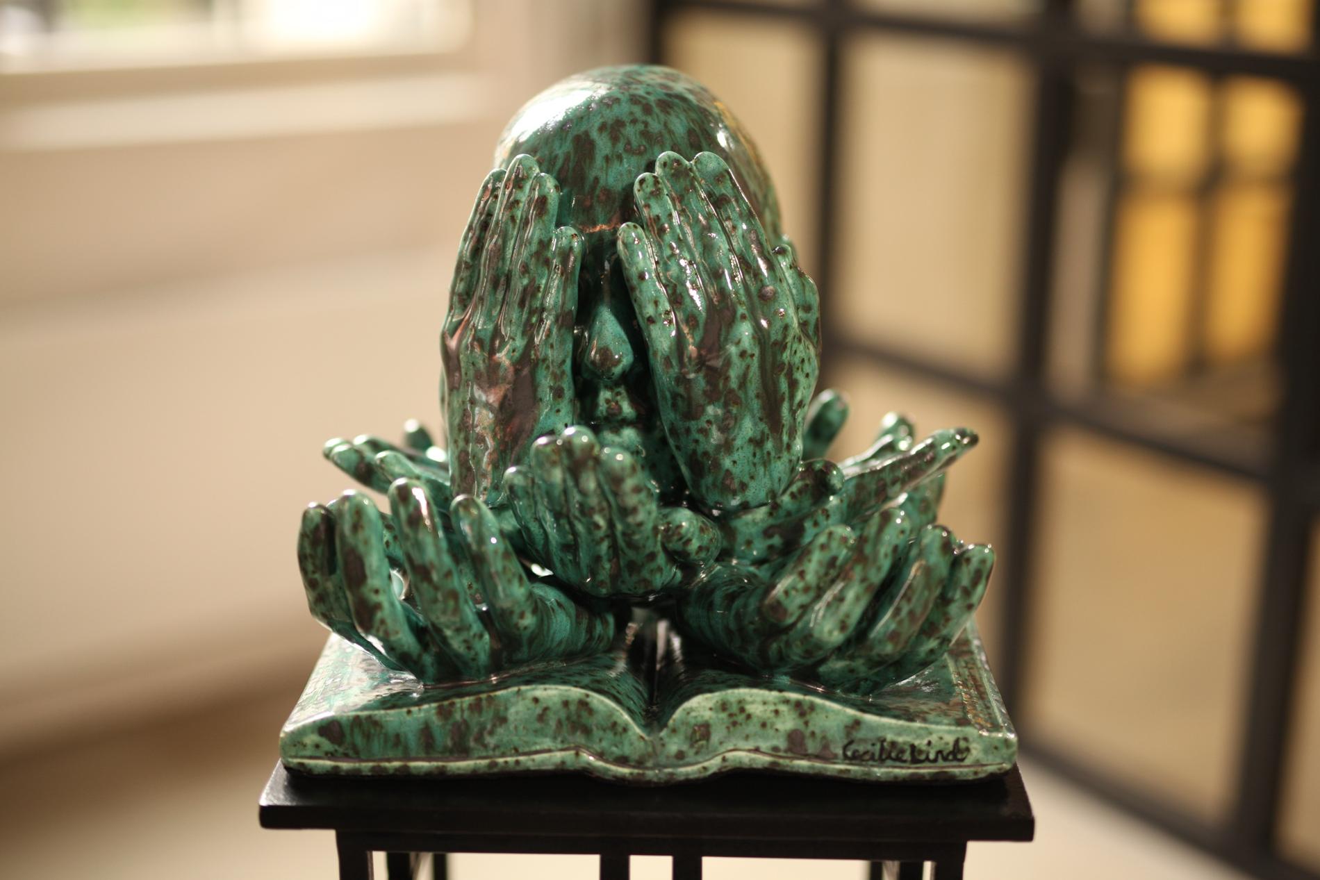SIKKERHETSNETT: Det var det første kunstner Cecilie Lind tenkte da Finansforbundet ba henne tolke vern mot usaklig oppsigelse i «Kunsten å være norsk». Skulpturens fundament er en lovbok, og viser hender som holder et hode oppe.